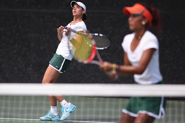 Senior Melissa Bolivar and sophomore Kelsey Laurente play doubles during the match against Notre Dame on Sunday afternoon. Monica Herndon // Photo Editor