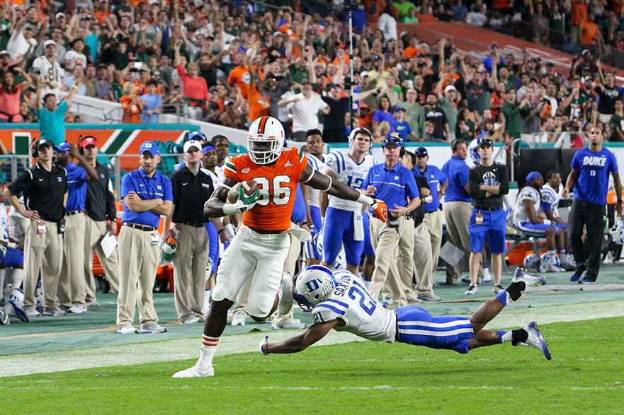 Junior tight end David Njoku (86) scores a touchdown during the third quarter of the football game against Duke at Hard Rock Stadium Saturday evening. The Canes finished their last home game 40-21. Hallee Meltzer // Photo Editor